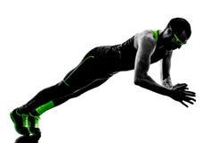 L'uomo spinge aumenta la siluetta di forma fisica di esercizi Fotografia Stock