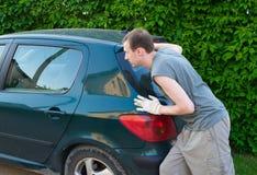 L'uomo spinge l'automobile Fotografie Stock Libere da Diritti
