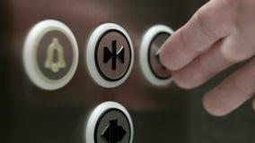 L'uomo spinge le porte del bottone di un elevatore di apertura Fine in su stock footage