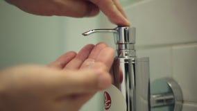 L'uomo spinge una parte di sapone liquido stock footage