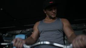 L'uomo sportivo sta facendo il ricciolo del bicipite archivi video