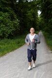 L'uomo sportivo sta pareggiando nella foresta Fotografia Stock