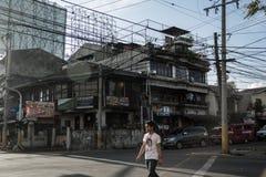 L'uomo sta attraversando la via, le Filippine Immagini Stock