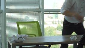 L'uomo sta ballando sulla tavola e si siede al computer portatile video d archivio