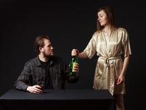 L'uomo sta bevendo l'alcool, l'imbottigliare la mano Fotografia Stock Libera da Diritti
