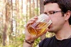 L'uomo sta bevendo la birra Fotografie Stock