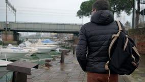 L'uomo sta camminando avanti via destra del port archivi video