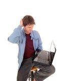 L'uomo sta domandandosi che cosa è sul computer portatile Immagine Stock