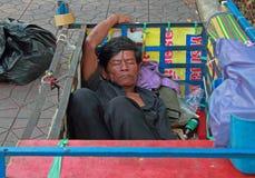 L'uomo sta dormendo nel corpo del rimorchio Fotografie Stock Libere da Diritti
