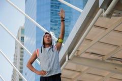 L'uomo sta esercitandosi nella città Immagini Stock Libere da Diritti