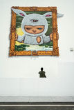 L'uomo sta guardando la pittura sulla parete alla galleria all'aperto Fotografia Stock Libera da Diritti