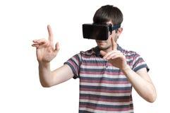 L'uomo sta indossando la cuffia avricolare di realtà virtuale 3D e sta toccando qualcosa Immagini Stock Libere da Diritti