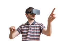 L'uomo sta indossando la cuffia avricolare di realtà virtuale 3D Isolato su priorità bassa bianca Fotografie Stock