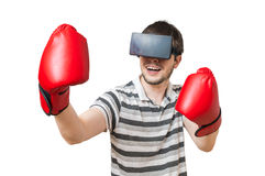 L'uomo sta inscatolando in video gioco di realtà virtuale 3D con la cuffia avricolare del vr Fotografia Stock Libera da Diritti