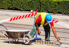 L'uomo sta lavorando alla costruzione di strade Fotografia Stock