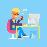 L'uomo sta lavorando con il computer ed il caffè bevente Fotografie Stock