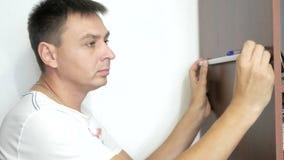 L'uomo sta lavorando con uno strumento archivi video