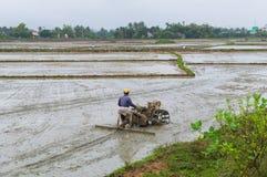 L'uomo sta lavorando il suolo dal coltivatore manuale nella regione rurale, Vietnam del motore Immagini Stock Libere da Diritti