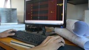L'uomo sta lavorando in un programma della costruzione stock footage