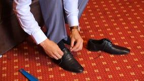 L'uomo sta legando le sue scarpe nere stock footage