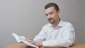 L'uomo sta leggendo un libro fotografie stock