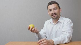 L'uomo sta mangiando una mela Fotografie Stock