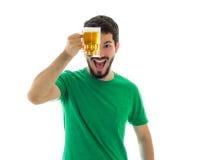 L'uomo sta mostrando una tazza del feretro Immagine Stock