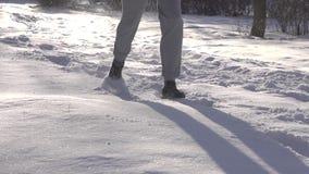 L'uomo sta passando la neve profonda video d archivio