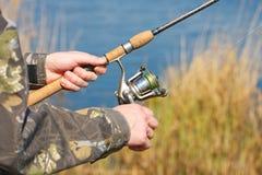 L'uomo sta pescando Fotografie Stock