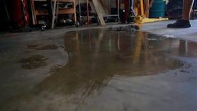 L'uomo sta pulendo il pavimento con la zazzera video d archivio