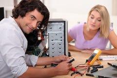 L'uomo sta riparando un computer immagini stock libere da diritti