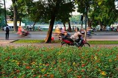 L'uomo sta riposando sul motociclo sulla via a Hanoi Fotografie Stock