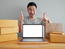 L'uomo sta ritenendo felice e sta stupendo con il suoi ordine e vendite in fotografia stock libera da diritti
