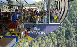 L'uomo sta saltando il tipo del sorso da 69 metri di altezza nel CIELO immagine stock libera da diritti