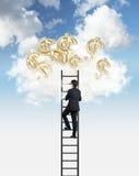 L'uomo sta scalando alle nuvole per ottenere gli aerostati sotto forma dei simboli di dollaro dorati immagini stock