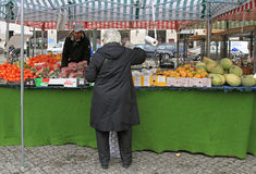 L'uomo sta vendendo i frutti e le bacche all'aperto a Malmo, Svezia Immagini Stock