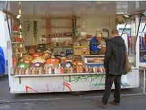 L'uomo sta vendendo i frutti matti e secchi all'aperto Immagini Stock Libere da Diritti