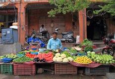 L'uomo sta vendendo le verdure all'aperto a Jaipur, India fotografie stock