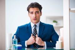 L'uomo sta vestendosi bene per lavoro in bagno Fotografia Stock Libera da Diritti