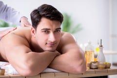 L'uomo in stazione termale che gode del suo tempo Fotografia Stock