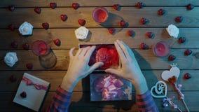 L'uomo stupito ottiene il cuore umano di plastica come presente sconosciuto di festa, vista superiore stock footage