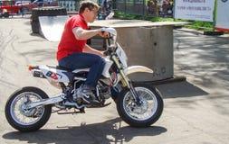 L'uomo su motobike immagine stock