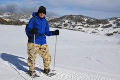 L'uomo su neve calza scrutare la neve ai fori di Smiggin, parco nazionale NSW Australia di Kosciuszko Fotografia Stock