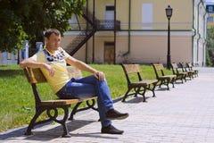 L'uomo su un banco Immagini Stock Libere da Diritti