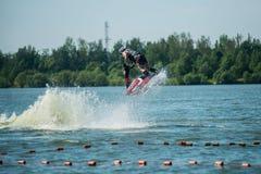 L'uomo sui giri del jet ski con molto spruzza Fotografie Stock