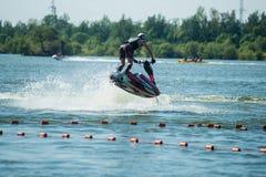 L'uomo sui giri del jet ski con molto spruzza Fotografie Stock Libere da Diritti