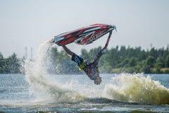 L'uomo sui giri del jet ski con molto spruzza Immagini Stock Libere da Diritti
