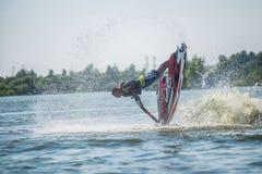 L'uomo sui giri del jet ski con molto spruzza Fotografia Stock