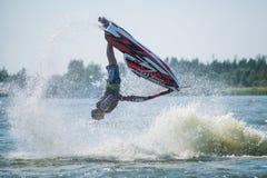 L'uomo sui giri del jet ski con molto spruzza Fotografia Stock Libera da Diritti