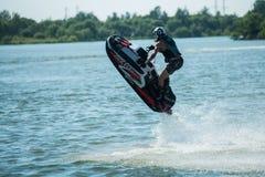 L'uomo sui giri del jet ski con molto spruzza Immagine Stock Libera da Diritti